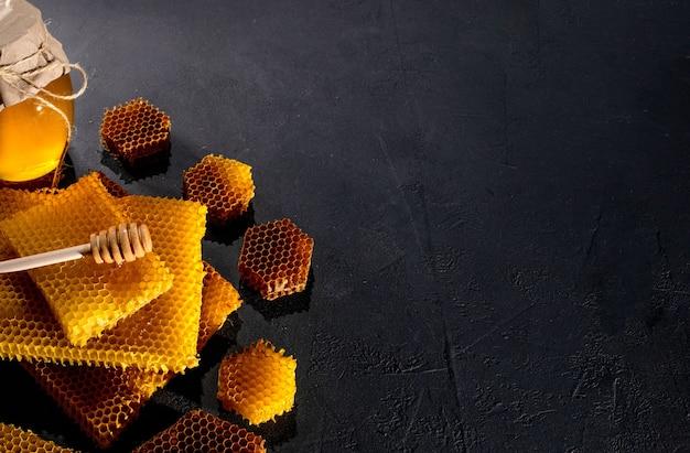 항아리에 꿀과 벌집