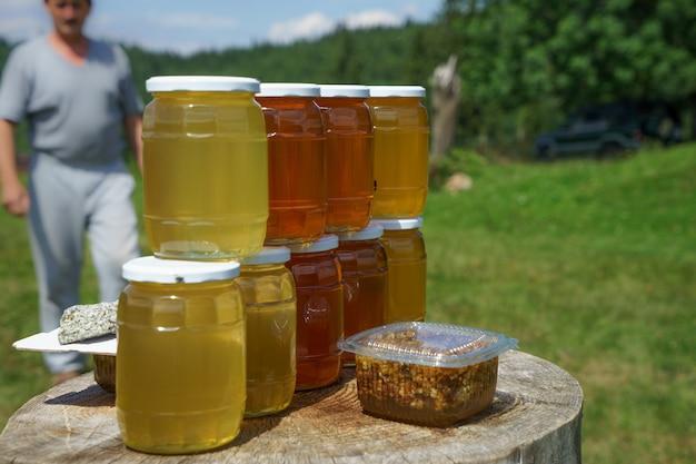은행에서 꿀 야외 녹색 배경에 테이블에 선다.
