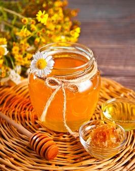항아리에 꿀, 작은 그릇에 벌집.