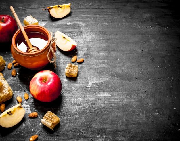 熟したリンゴとナッツのスライスと鍋の蜂蜜。