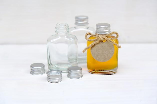 結婚式の贈り物のガラス瓶に蜂蜜。結婚式は概念を支持します。