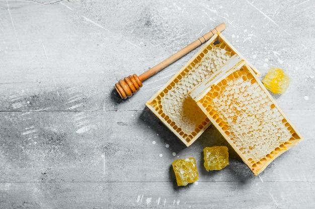 木製のハニカムの蜂蜜。素朴に。