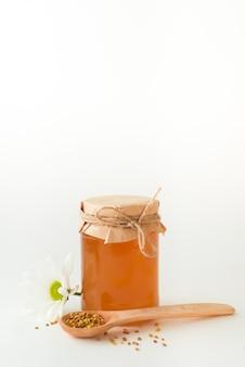 Медовая баня, ромашка и деревянная ложка с семенами