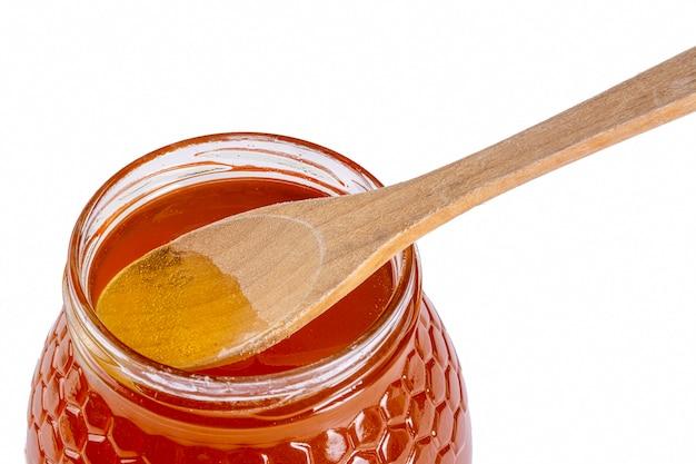 木のスプーンで蜂蜜の瓶