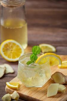 ハニーレモンジンジャージュースジンジャーエキスからの食品および飲料製品食品栄養コンセプト。