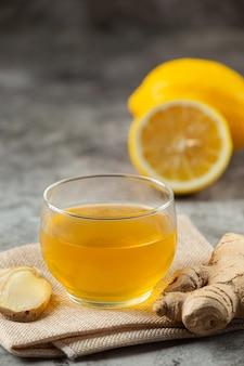 Honey lemon ginger juice prodotti alimentari e bevande dall'estratto di zenzero concetto di nutrizione alimentare.