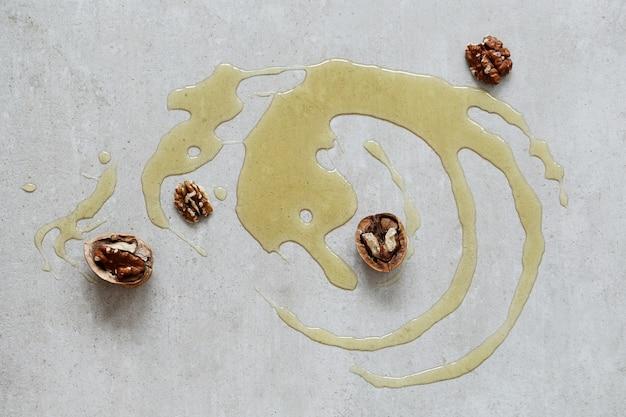 Мед на столе с орехами