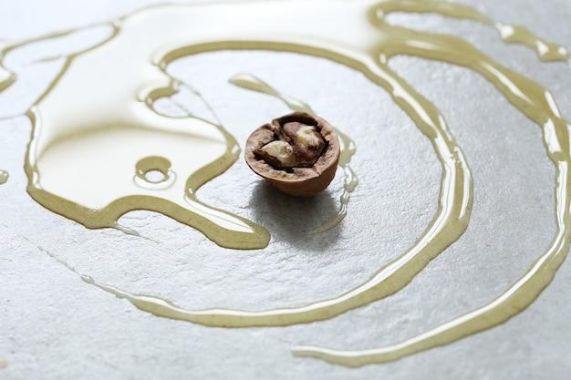 Мед на столе с грецким орехом