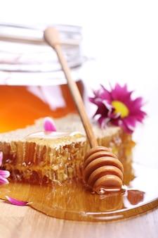 Мед на деревянном столе