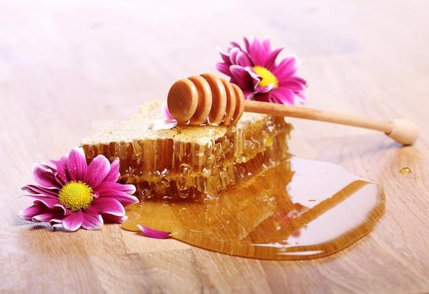 木製のテーブルの上に蜂蜜