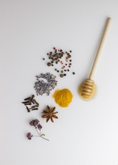 木の表面に蜂蜜、オレンジ、ラベンダー、スパイス