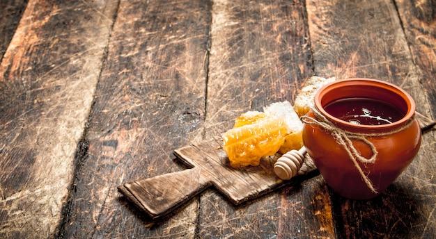 꿀 냄비와 나무로되는 숟가락으로 벌집.