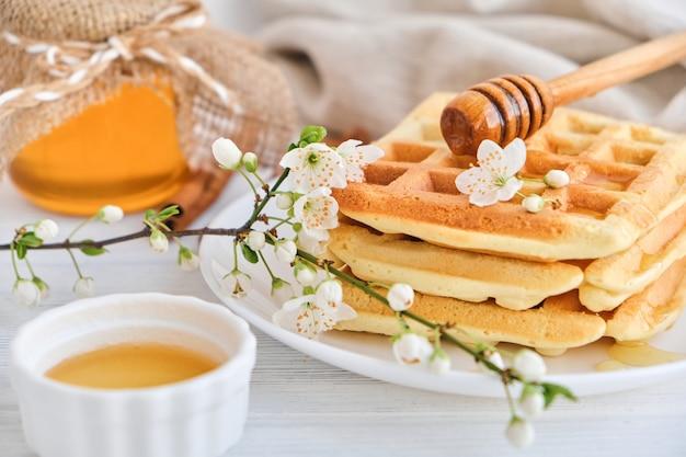 신선한 벨기에 와플에 붓는 꿀