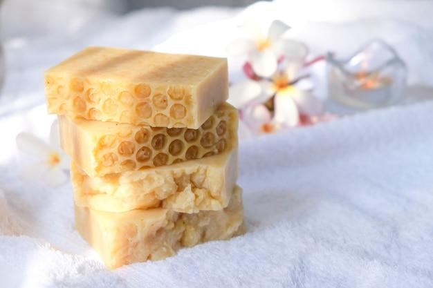 꿀 비누는 나무 테이블 위의 수건 위에 놓입니다.