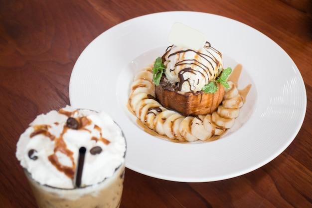 Медовый тост с бананом и ледяным кофе