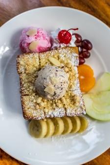 초콜릿 시럽과 꿀을 얹은 아이스크림과 과일로 만든 허니 토스트