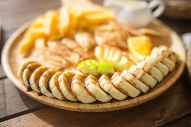 Медовый тост с нарезанным бананом