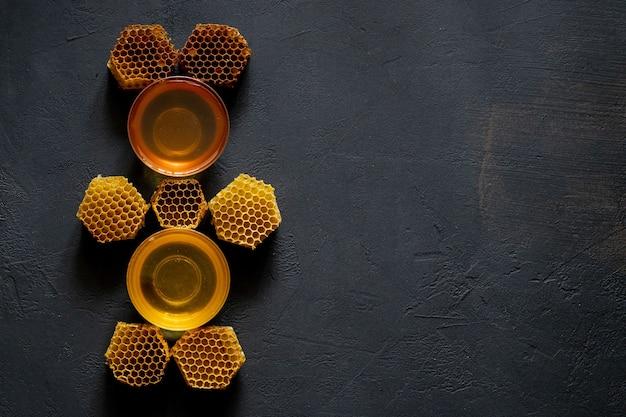 Мед с сотами на черном столе