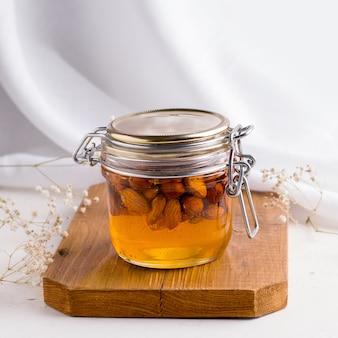 Мед с орехами на деревянной доске.