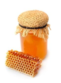 Соты и мед крупным планом на белой стене