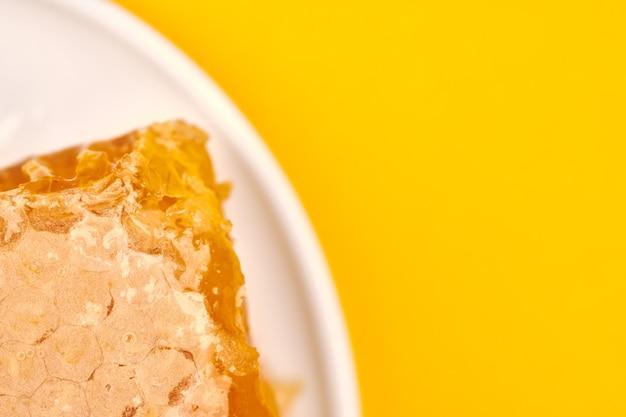 접시에 벌집, 복사 공간, 매크로 닫습니다. 맛있고 유용한 디저트. 과자에 대한 사랑.