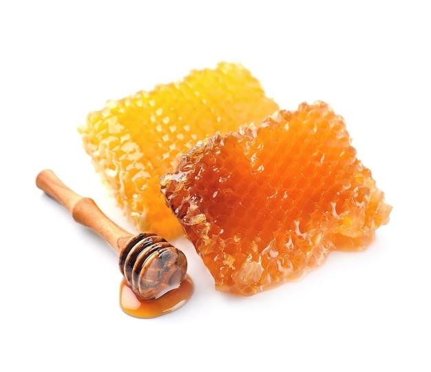 Соты с медом, изолированные на белом фоне