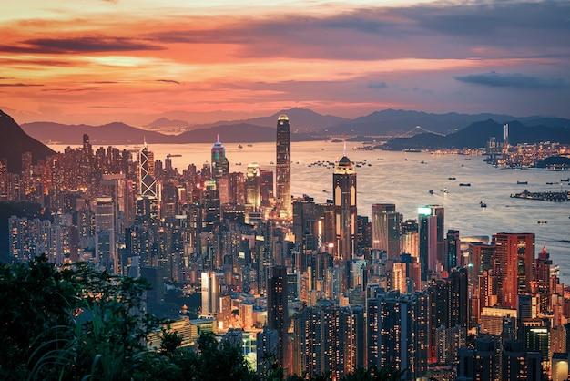 산에서 일몰보기에 극적인 하늘에 홍콩 도시