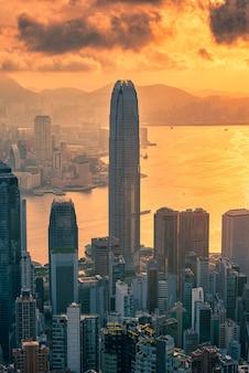 ピーク山からの日の出ビューで香港の街並み。