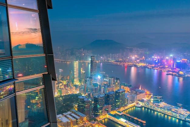 꼭대기에서 황혼의 빅토리아 항구 전망을 감상할 수 있는 홍콩 도시 스카이라인