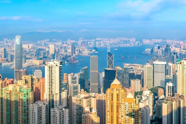 상위 뷰에서 빅토리아 항구가 보이는 홍콩 도시 스카이라인