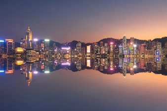 香港の九龍側からの日没時の香港のダウンタウンの街並みの景色。