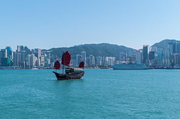 Гонконг 29 января 2016: поездка на дук линг, традиционный деревянный парусник, плывущий в гавани виктория, гонконг