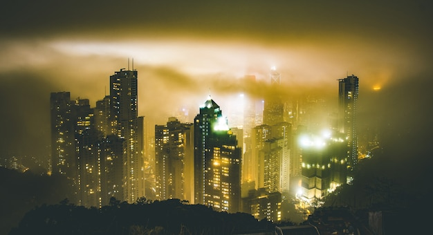霧の霧の夜にビクトリアピークから香港のスカイライン