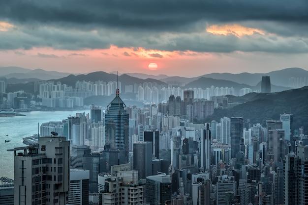 朝の日の出でビクトリアピークから香港のスカイラインビュー。