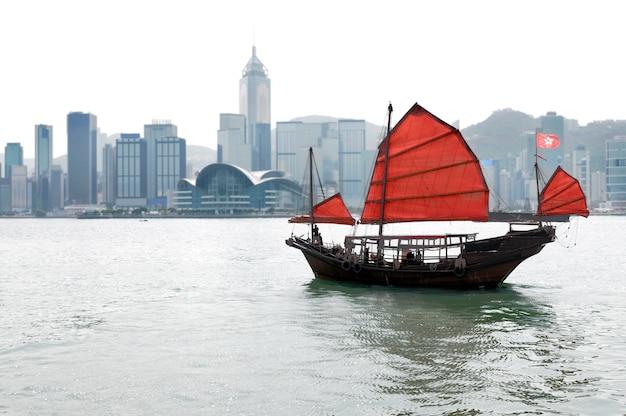 전통적인 정크 보트와 홍콩의 스카이 라인