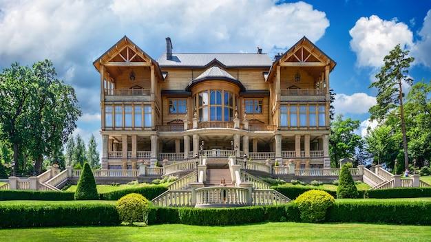晴れた夏の日に、ホンカまたはウクライナ、キエフのメスィヒリャー邸にある木造住宅
