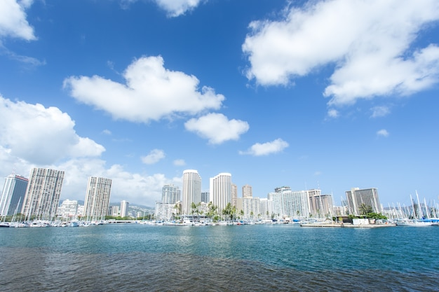 와이키키 요트 클럽과 바닷가가있는 호놀룰루 도시 풍경