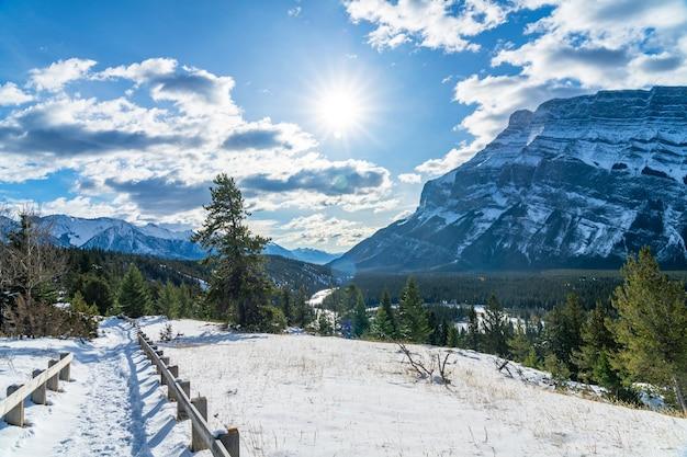 눈 덮인 가을 화창한 날에 hoodoos 관점입니다. 밴프 국립공원, 캐나다 로키산맥.
