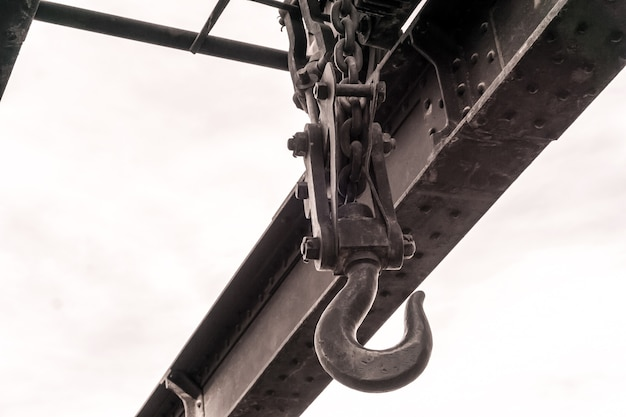 밝은 하늘에 대한 오래된 증기 동력 오버 헤드 크레인의 후크