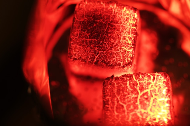 물 담뱃대 뜨거운 석탄을 닫습니다.