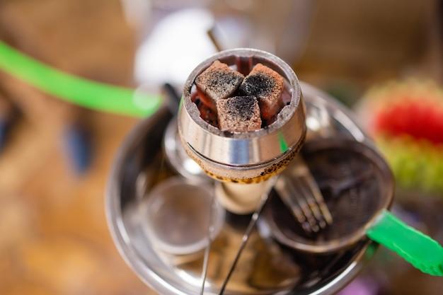 자연 채광에서 흡연 및 레저를 위한 물담배 뜨거운 석탄