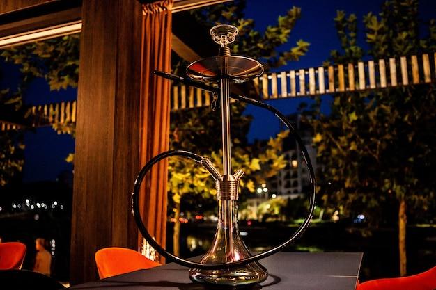 Кальян в лаунж-баре на столе. привычка к расслаблению