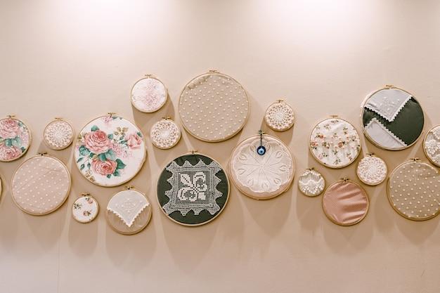 Пяльцы круг для вышивки украшения на стену колечками с вышивкой разного диаметра.