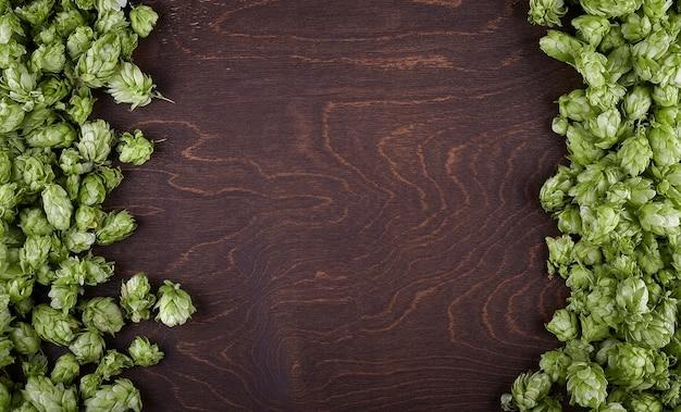 Рамка прыжка на деревянном фоне.