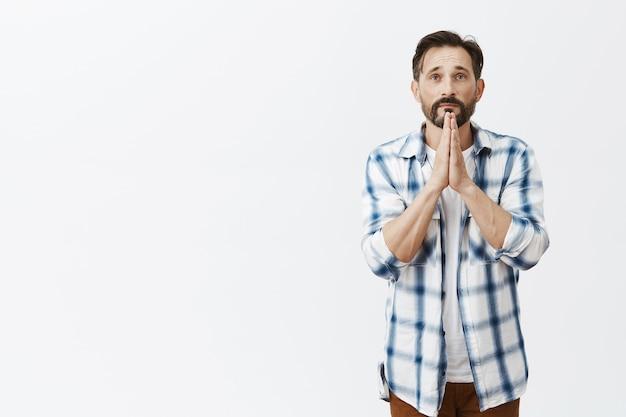 Обнадеживающий бородатый зрелый мужчина позирует