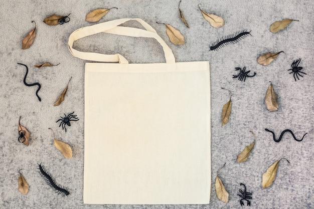 Прыгающий мешок сушеные листья змей и пауков на серой ткани