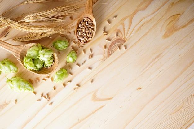 Хмель и ячмень в деревянных ложках