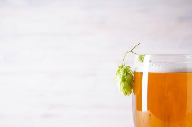Хмель и светлое пиво на деревянном пространстве, место для текста