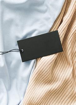 Горизонтальный ценник на одежду на фоне ткани