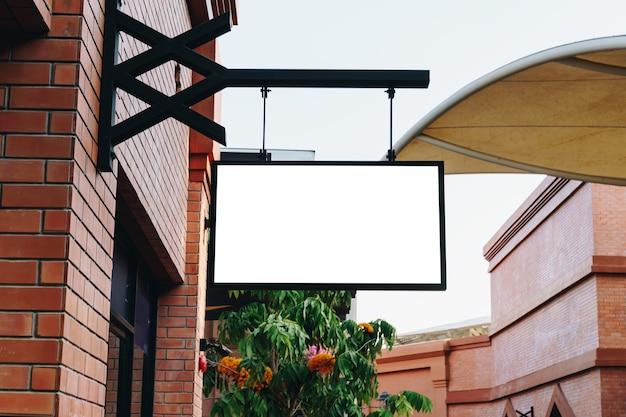 コピースペースのある洋服店の正面にある水平方向の空の看板。